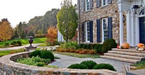 formal-front-yard-stone-wall-urn-columns-liquidscapes_4020